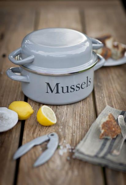 mpen01__enamel_mussel_pot_with_handles_and_lid_flint