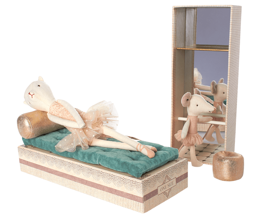 dancing cat and mouse in shoebox maileg daisy hardcastle. Black Bedroom Furniture Sets. Home Design Ideas